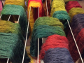 Filtmakeriets underbara ullgarn på tork efter färgning.